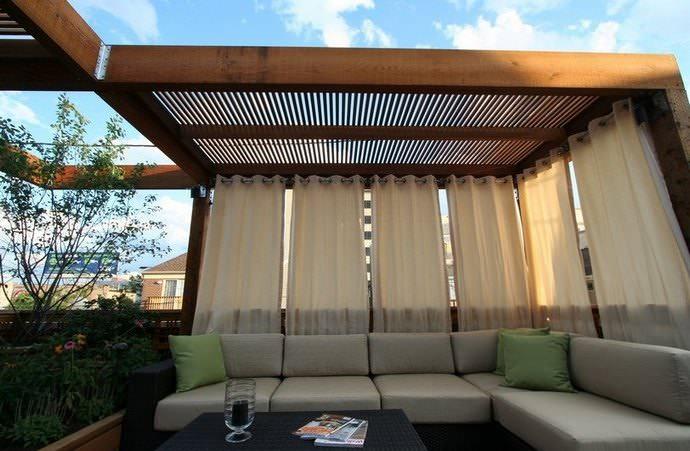 Для беседки в эко-стиле прекрасно подойдут бамбуковые шторы