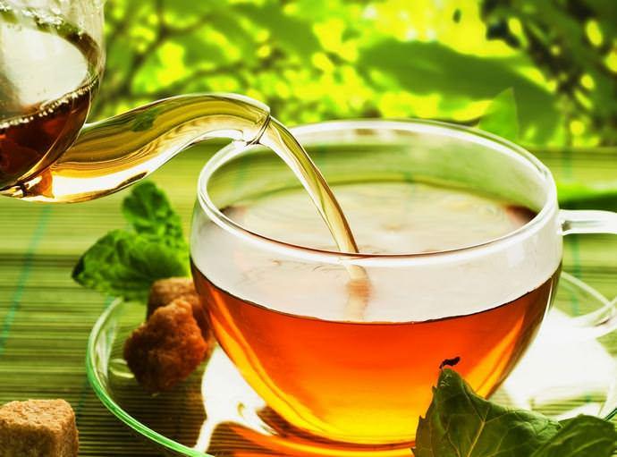 Травниками широко используются чаи из топинамбура, которые хорошо зарекомендовали себя при необходимости улучшить обмен веществ и восстановить силы после тяжелых болезней