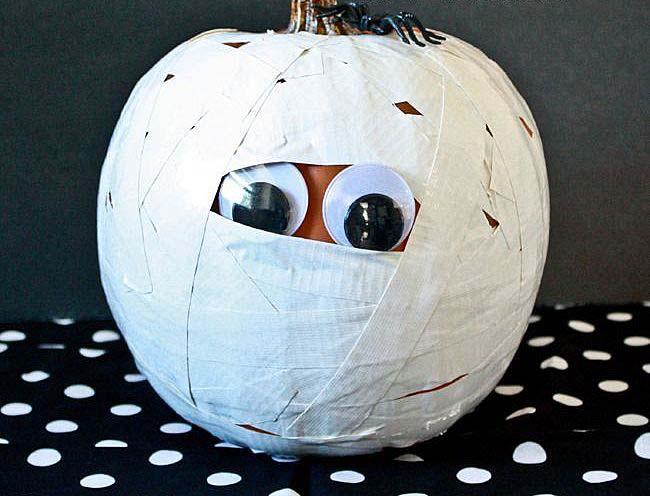 Праздник обязательно запомнится, если вы установите в доме тыквы-мумии
