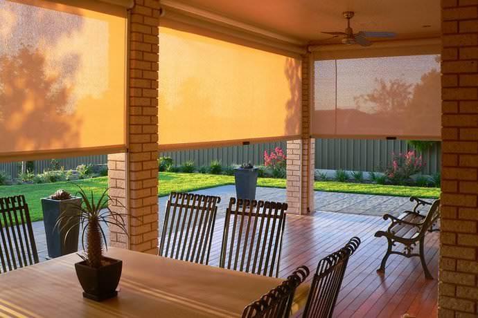 Рулонные шторы дают возможность быстро поднимать и опускать изделие, что делает их использование очень комфортным