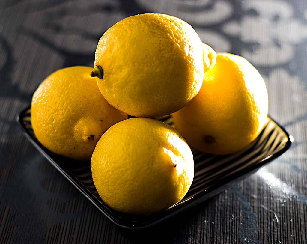 Плоды лимона очень богаты органическими кислотами, а также щелочными элементами