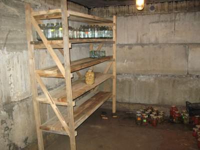 Правильное оборудование погреба стеллажами и полками важно для хранения урожая