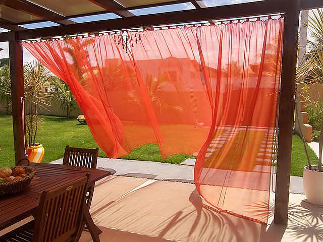 Полупрозрачные занавески придают строению романтический стиль, а также оберегают вас от прямых солнечных лучей