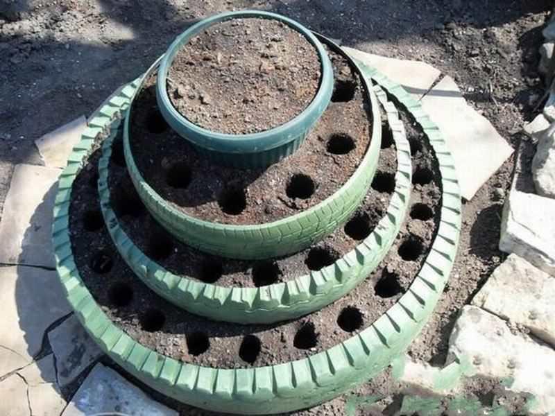 Вертикальная грядка может быть сделана из разных подручных средств, емкостей для засыпки почвы