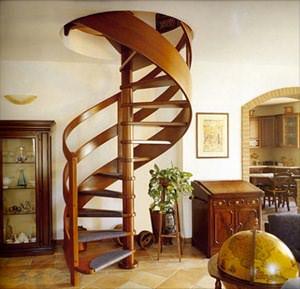 Винтовая лестница из дерева — это яркая и зрелищная деталь в интерьере дачи