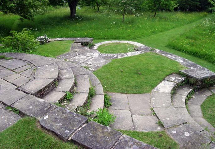 Прямые и ровные садовые дорожки с традиционным английским рисунком вымощены Йоркским песчаником, известным тем, что он служит основой лондонских тротуаров