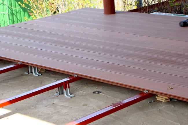Укладка террасной доски идет на опорные балки или лаги