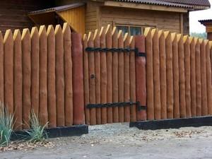Забор и калитка из частокола