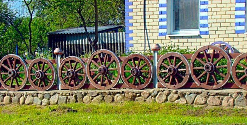 Как построить забор из колес на даче своими руками