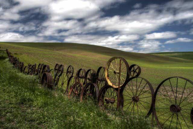 Под забор из колес на дачной территории нужна и разметка