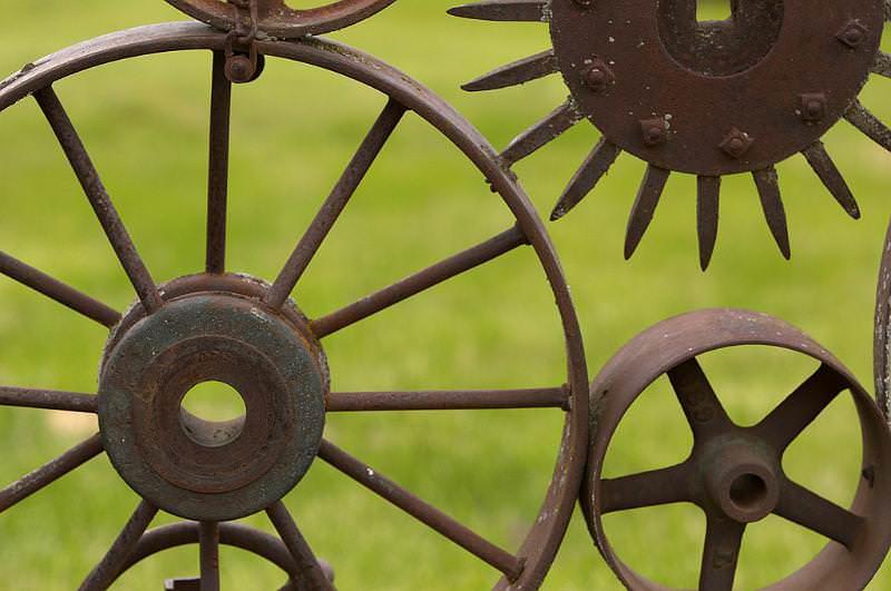 Оригинальный и креативный забор на даче из колес: такого более нет ни у кого